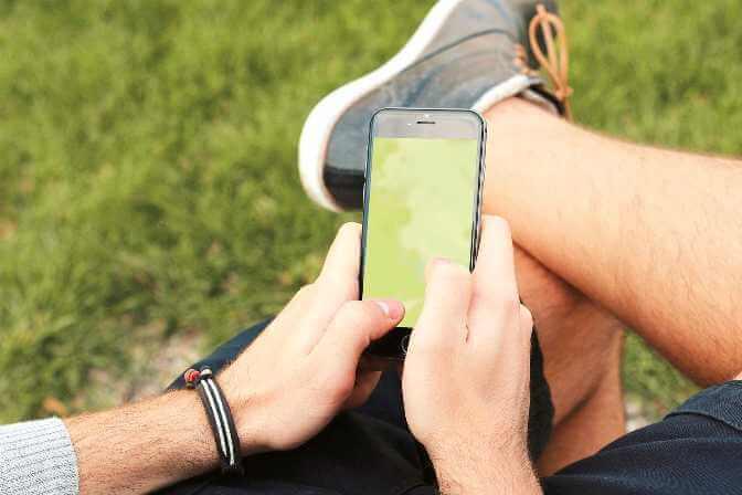 junger Mann nutzt Smartphone