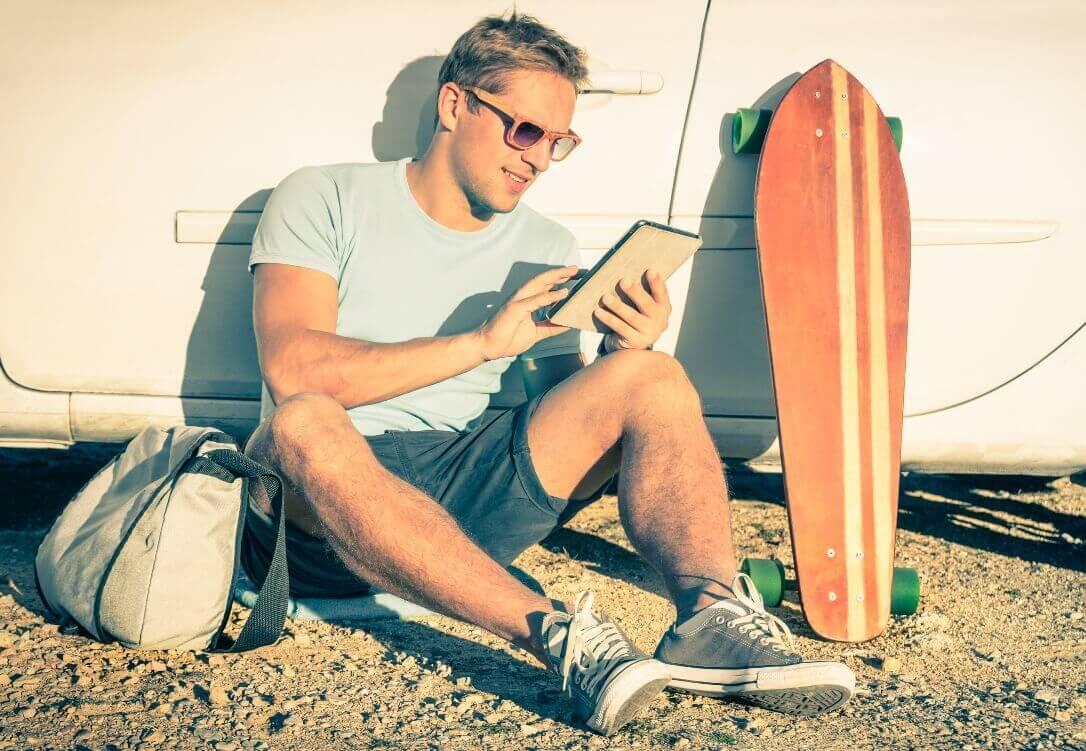 Junger Mann nutzt Tablet zur Stellensuche