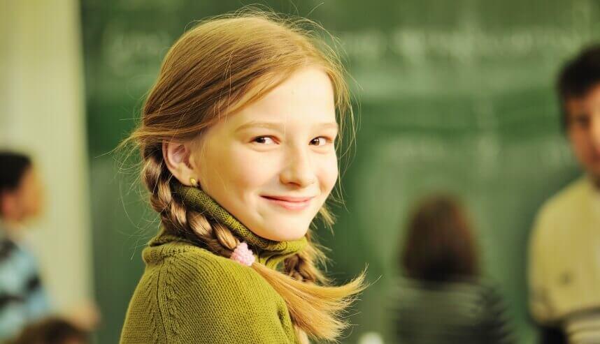 Kinderwerbung - junges Mädchen in Schulklasse