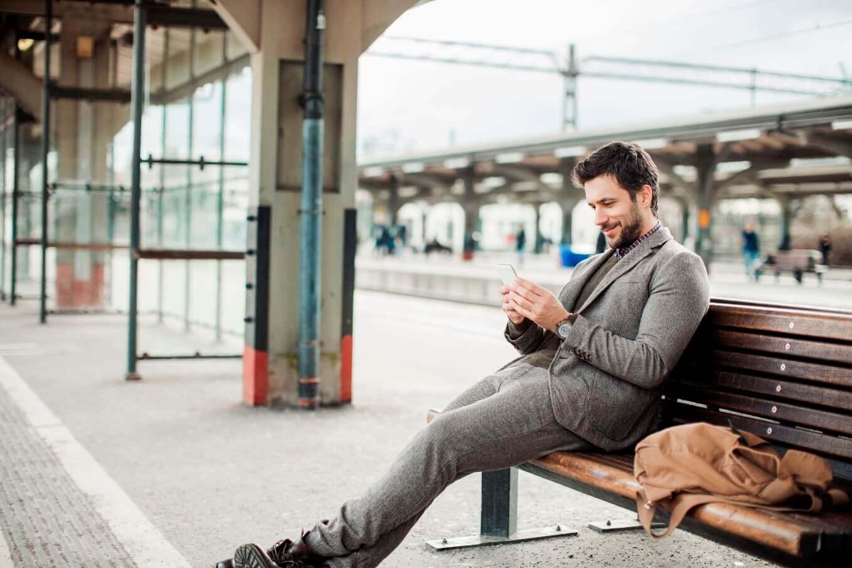 Mann nutzt Handy