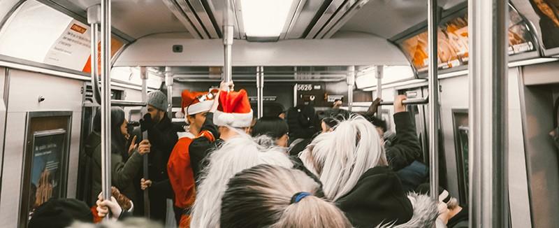 Weihnachtsmänner stehend in U-Bahn